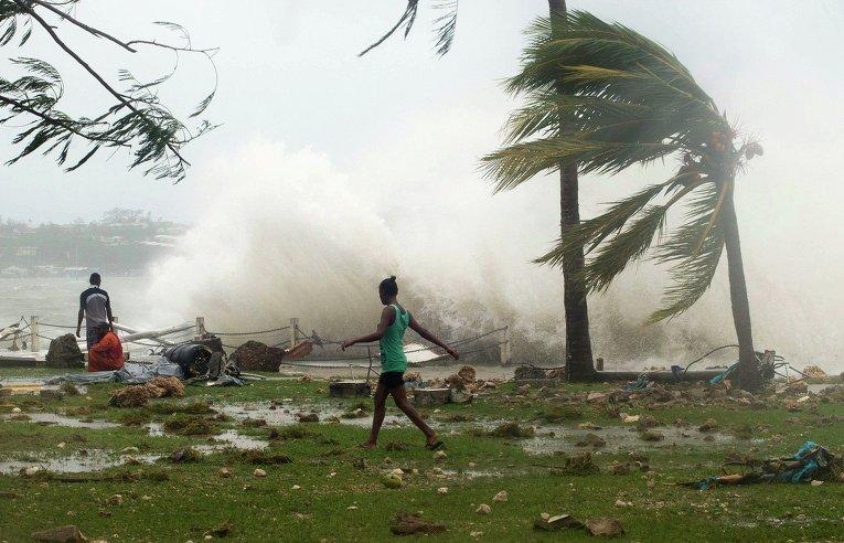 Жители столицы Вануату Порт-Вилы во время циклона Пэм
