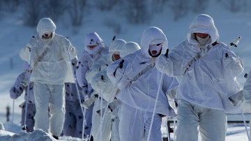 Военнослужащие 61-го отдельного полка морской пехоты Северного флота во время марш-броска