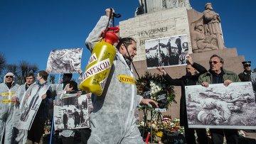 Антифашисты на акции протеста против публичных мероприятий по случаю дня памяти латышского легиона Ваффен СС у памятника Свободы в Риге. Архивное фото