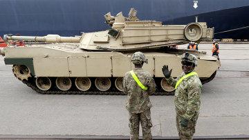 Американский танк Абрамс в порту Риги, Латвия
