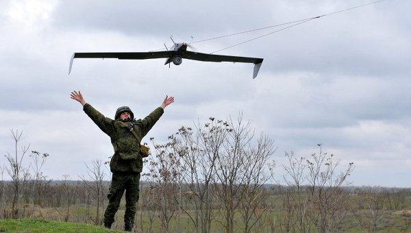 Военнослужащий запускает беспилотный летательный аппарат во время учений на полигоне. Архивное фото