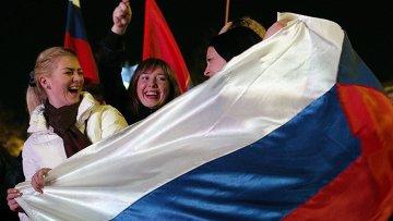 Жительницы Севастополя во время праздничного концерта в честь присоединения Крыма к Российской Федерации. Архивное фото