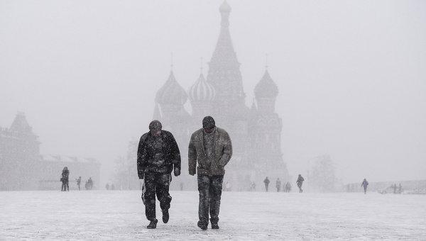 Жители столицы на Красной площади во время снегопада в Москве. Архивное фото