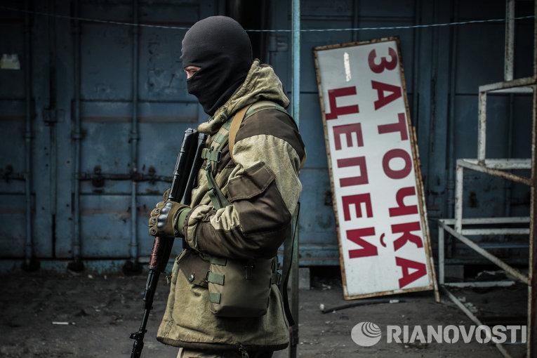 Ополченец Донецкой народной республики (ДНР) на территории разрушенного рынка поселка Трудовские Петровского района Донецкой области