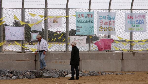 Лозунги протеста на заборе