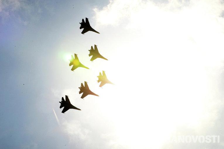 Пилотажная группа Русские витязи во время авиашоу военно-воздушных сил (ВВС) в Ростове-на-Дону