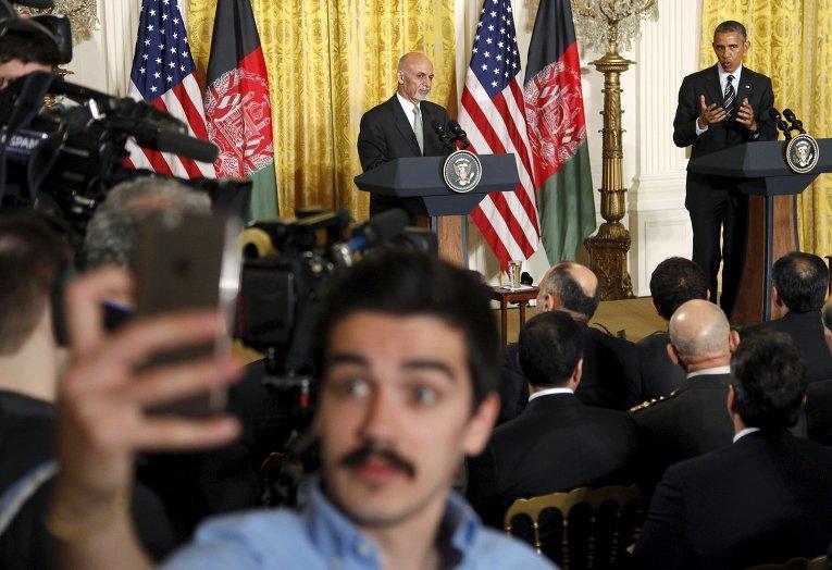 Афганский журналист делает селфи во время встречи Барака Обамы и Ашрафа Гани
