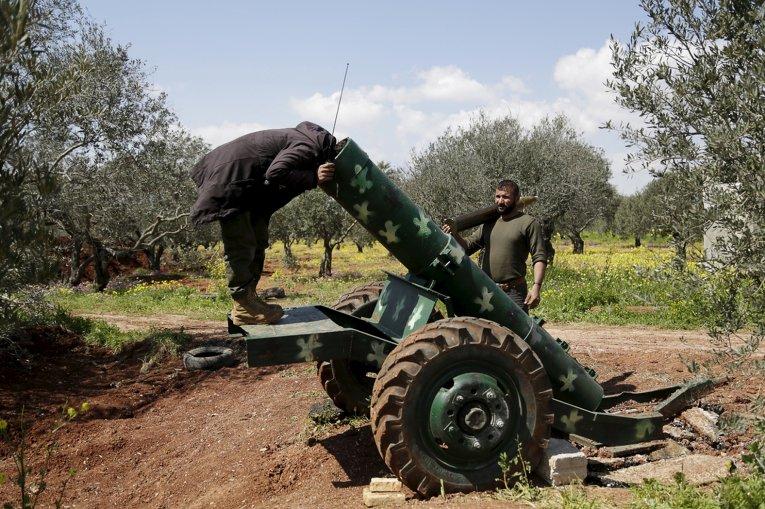 Боевики на позиции возле города Идлиб, Сирия
