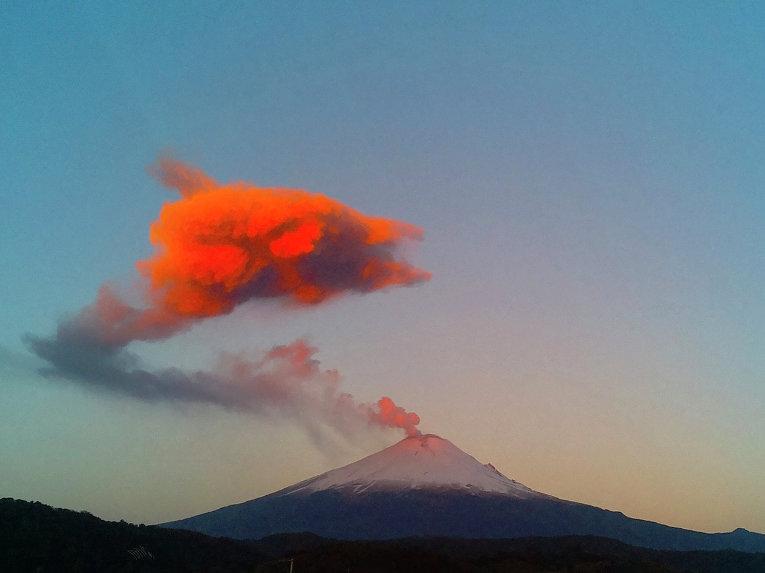 Вулкан Попокатепетль в Мексике. Март 2015