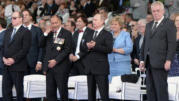 Президент Чехии Милош Земан (крайний справа) и Президент России Владимир Путин (второй справа) во время торжественной церемонии празднования 70-летия высадки союзников в Нормандии