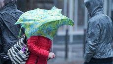 Пешеходы во Франкфурте во время урагана Никлас, Германия