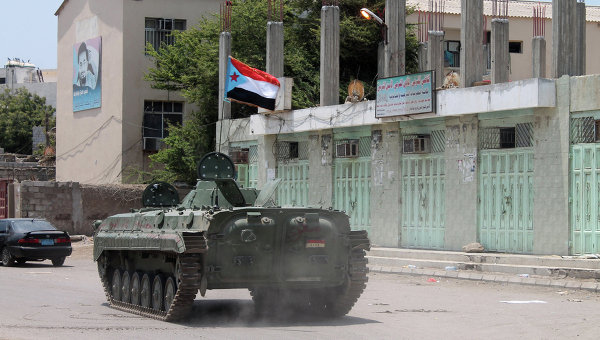 Танк под флагом сепаратистского движения в городе Аден. Архивное фото