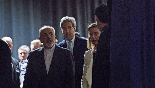 Глава МИД Ирана Джавад Зариф, госсекретарь США Джон Керри и глава дипломатии ЕС Федерика Могерини (слева направо) на переговорах по ИЯП в Лозанне