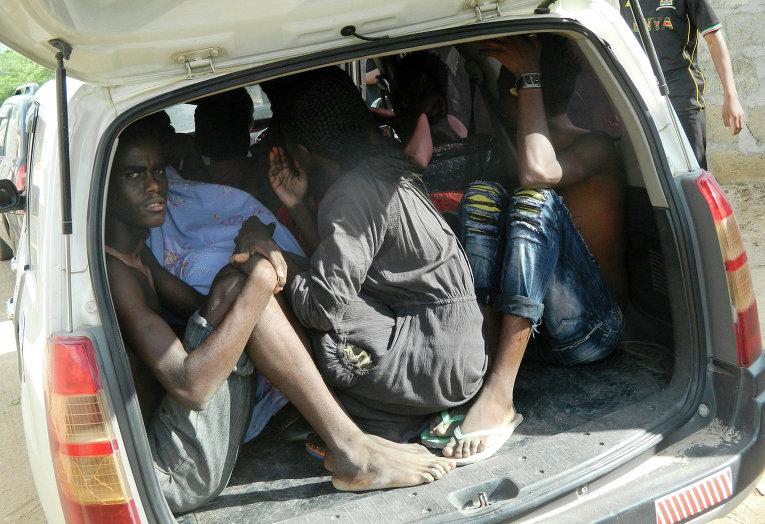 Эвакуация студентов с места нападения на университетский кампус в городе Гарисса