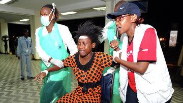 Медики оказывают помощь пострадавшим после нападения на университетский кампус в городе Гарисса