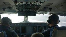 Экипаж самолёта Бе-200 во время поисково-спасательной операции. Архивное фото