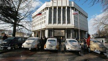 Автомобили ГАЗ М 20 Победа у здания Государственного Совета Республики Крым в Симферополе