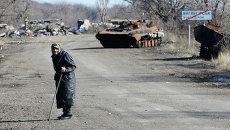 Сгоревшая военная техника на дороге из Углегорска в Дебальцево. Архивное фото