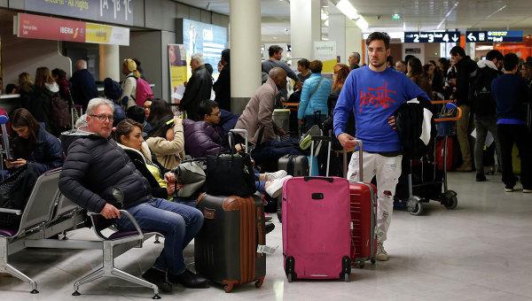 Пассажиры в зале ожидания аэропорта Орли в Париже. Архивное фото