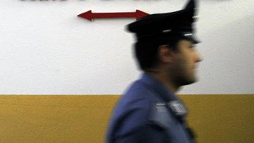 Полицейский возле здания суда в Милане, Италия