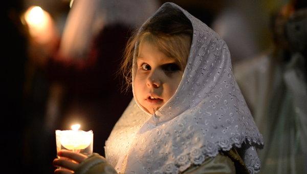 Крестный ход во время пасхальной службы в Покровском соборе на Рогожском кладбище в Москве