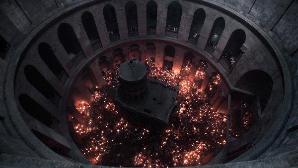Схождение Благодатного огня в Храме Гроба Господня, Иерусалим. Архивное фото