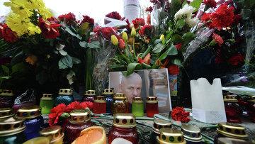 Цветы и свечи на месте гибели журналиста Олеся Бузины