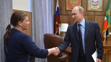 Президент России Владимир Путин во время встречи в Абакане с жительницей села Вершино-Биджа