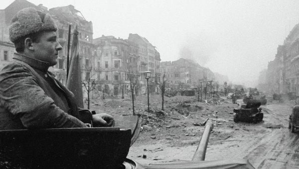 Танки 2-й гвардейской танковой армии идут по разрушенной улице Берлина.