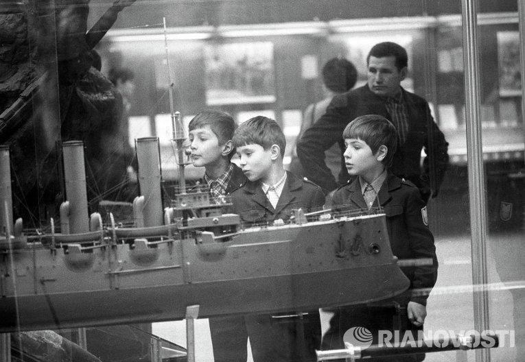 Школьники у макета крейсера Аврора