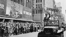 Генерал армии США Джордж Паттон во время празднования победы в Лос-Анджелесе