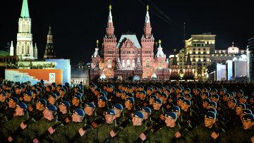 Военнослужащие проходят по Красной площади во время репетиции военного парада в Москве в ознаменование 70-летия Победы в Великой Отечественной войне