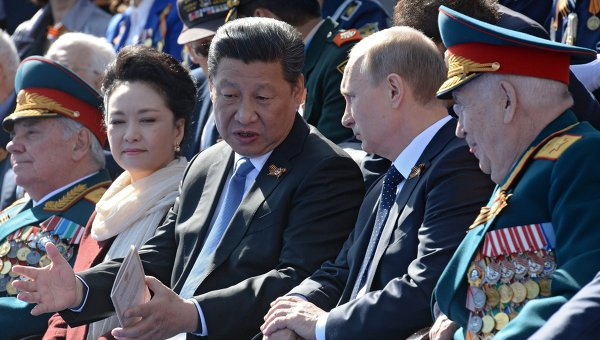 Президент Российской Федерации Владимир Путин и председатель Китайской Народной Республики Си Цзиньпин во время военного парада в ознаменование 70-летия Победы в Великой Отечественной войне
