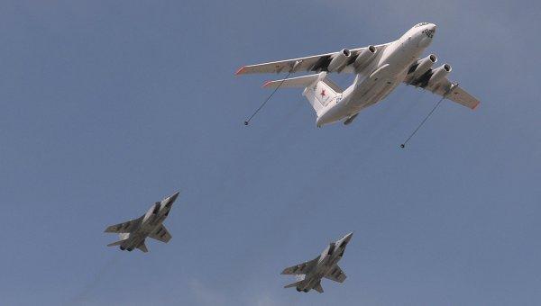 Самолёт-заправщик Ил-78 и фронтовые бомбардировщики Су-24, архивное фото