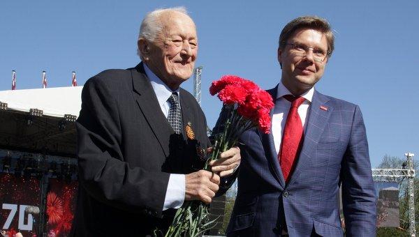 Мэр города Риги Нил Ушаков поздравляет ветерана во время празднования 70-летия Победы в Великой Отечественной войне 1941-1945 годов в Риге
