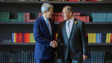 Министр иностранных дел РФ Сергей Лавров (справа) во время встречи с госсекретарем США Джоном Керри в Сочи