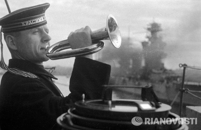 Горнист играет сигнал подъема. Черноморский флот
