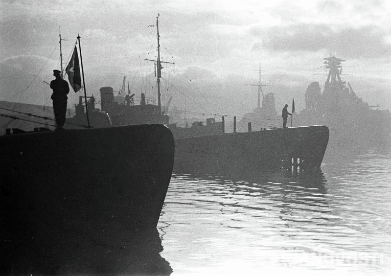 Матросы поднимают флаги на кораблях Черноморского флота