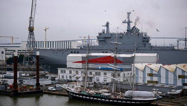 Десантный вертолетоносный корабль-док Владивосток типа Мистраль. Архивное фото