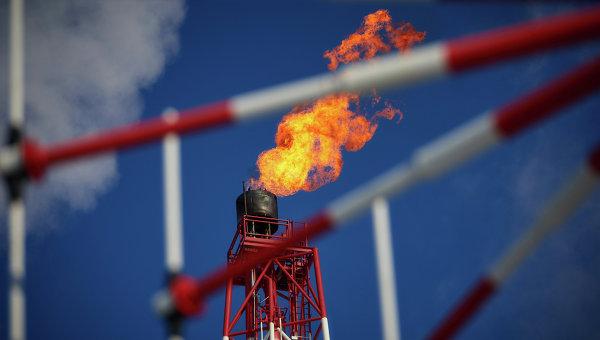 Вид на газовый факел морской нефтеперерабатывающей платформы, архивное фото