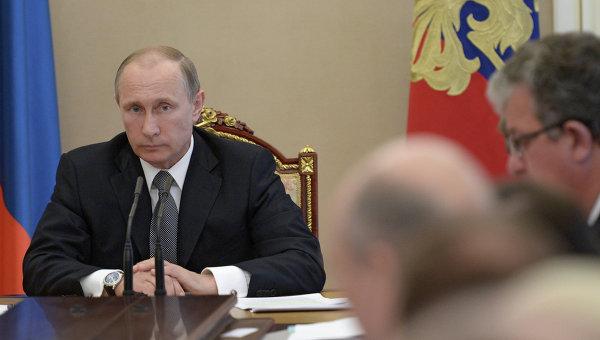 Президент России Владимир Путин во время совещания в Кремле с членами правительства РФ. 20 мая 2015