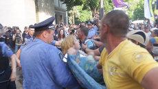 Протестующие жгли шины и дрались с милицией у Верховной рады в Киеве