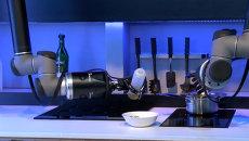 Робот-повар приготовил суп и угостил им посетителей на выставке в Китае