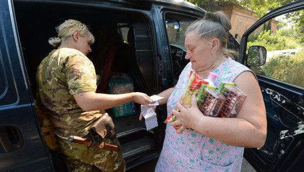 Жители Горловки получили гуманитарную помощь от ополченцев. Архивное фото