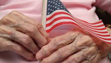 Пожилая женщина с флажком США. Архивное фото