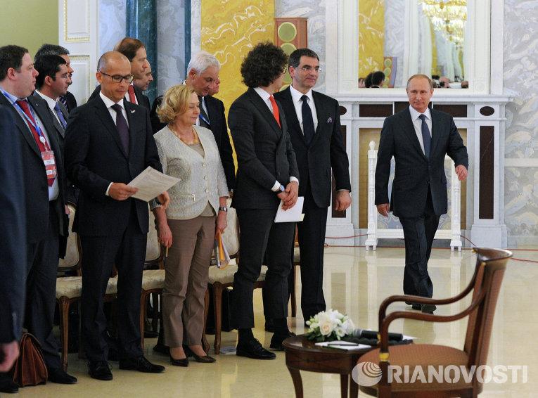 Президент России Владимир Путин во время встречи с руководителями российских промышленных предприятий в рамках XIX Петербургского международного экономического форума