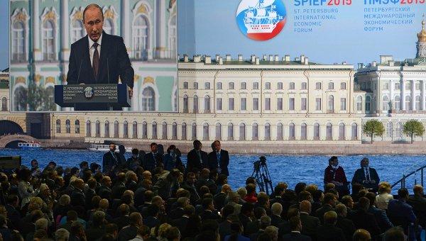 Монитор с изображением президента России Владимира Путина, выступающего на панельной дискуссии в ходе пленарного заседания XIX Петербургского экономического форума