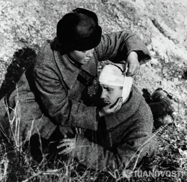 Медсестра, Антипова оказывает помощь раненому на поле боя в районе Севастополя