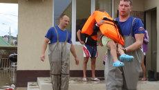 Спасатели в Сочи выносили детей из затопленных домов и увозили на лодках