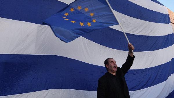 Мужчина держит флаг Евросоюза во время проевропейской демонстрации в Афинах. Архивное фото